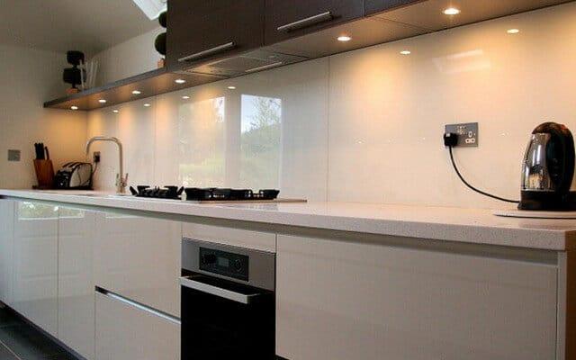 Красивый стеклянный фартук для вашей кухни