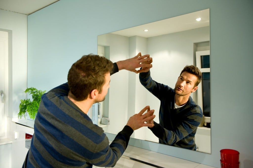 Монтаж зеркал в ванной комнате
